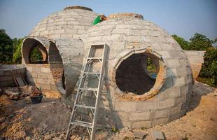 O norte-americano Steve Areen criou esta morada ecológica por R$ 19 mil na Tailândia. A casa arredondada levou pouco mais de um mês para ficar pronta e foi construída pelas mãos de apenas três pessoas