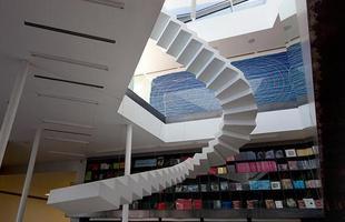 Escadas flutuantes interrompem a realidade e mudam a perspectiva de espaço. Neste projeto, as instalações de estúdio suíço Lang Baumann mostram degraus que não levam a lugar algum e, por isso mesmo, carregam uma beleza artística peculiar