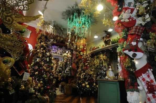 Para decorar a casa para receber as comemorações de fim de ano, vale soltar a criatividade, ser moderno, mas a festa não pode perder a identidade clássica