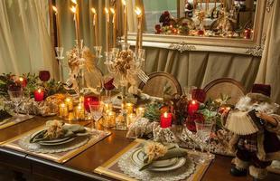 Decoradores criam ornamentações natalinas que inspiram a enfeitar a casa no fim de ano. O bom velhinho, bolas, velas e dourado são indispensáveis para ter ambientes aconchegantes nas comemorações da chegada de Cristo
