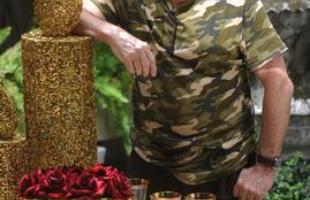 O flower designer Amadeu Scarpelli propõe decoração clássica para a noite e lúdica para a tarde no Natal. Ele aposta na ornamentação natural e no dourado para a ceia. Para o lanche, a proposta é divertida, com o uso de gnomos e renas, que agradam às crianças