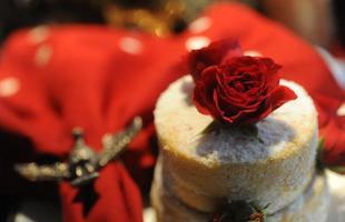 Decoradora aposta nos tons tradicionais e no fogo para a ambientação natalina. Helô Newton investe nas cores como vermelho, verde e dourado. A novidade são as lareiras de mesa, que aliam tradição e modernidade