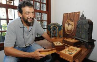 O restaurador Ricardo Fernandes Bittermann cria oratórios com inspiração em altares das igrejas barrocas das cidades históricas mineiras e retoma com sua obra a importância da devoção. Artista também tem trabalhos em marchetaria