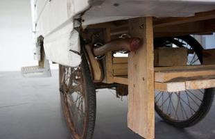 Homem cria casa móvel transportada por triciclo para qualquer lugar. O artista Kevin Cyr tem percorrido o mundo com a própria moradia nas costas