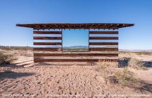 Casa de espelhos fica invisível no meio do deserto nos EUA. Construção na Califórnia brinca com luz e sombra e reflete a paisagem que a faz 'desaparecer'