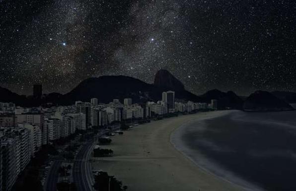Série de fotos devolve o céu estrelado ao horizonte noturno de grandes cidades. Imagens mostram como seriam algumas metrópoles sem luz à noite. Na foto, Rio de Janeiro