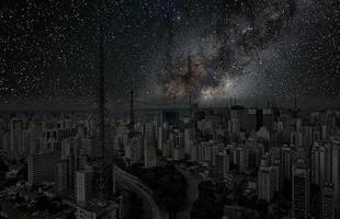 Série de fotos devolve o céu estrelado ao horizonte noturno de grandes cidades. Imagens mostram como seriam algumas metrópoles sem luz à noite. Na foto, São Paulo