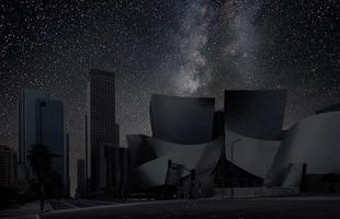 Série de fotos devolve o céu estrelado ao horizonte noturno de grandes cidades. Imagens mostram como seriam algumas metrópoles sem luz à noite. Na foto, Los Angeles