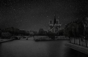 Série de fotos devolve o céu estrelado ao horizonte noturno de grandes cidades. Imagens mostram como seriam algumas metrópoles sem luz à noite. Na foto, Paris