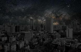 Série de fotos devolve o céu estrelado ao horizonte noturno de grandes cidades. Imagens mostram como seriam algumas metrópoles sem luz à noite. Na foto, Xangai