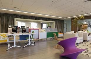 Empresas saem da sobriedade e apostam em decoração ousada para humanizar os escritórios. Nos dias de hoje, os ambientes empresariais estão buscando uma nova identidade corporativa com projetos modernos e bem adornados