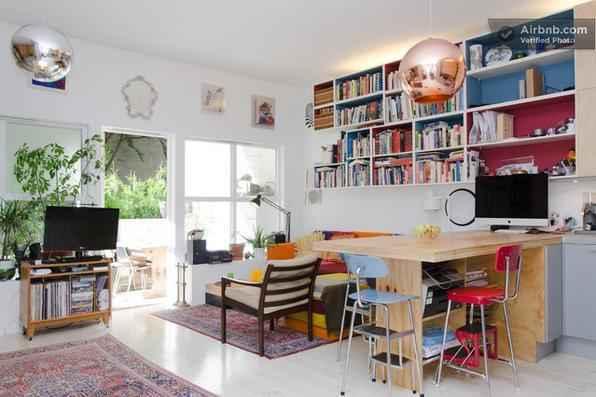 Com 48 m², este apartamento na Noruega comporta com conforto casal e filho. A partir da utilização de móveis multifuncionais e o aproveitamento inteligente de todos os espaços, ambiente foi otimizado e acomoda bem os moradores