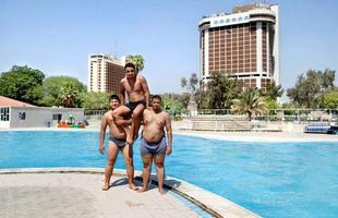 Série de imagens dá novos significados a piscinas incríveis pelo mundo. Desde 2008, a artista Marieke van der Velden registra piscinas em várias regiões como forma de chegar a reflexões complexas, muito além do sentido comum que se confere a elas. Na foto, Bagdá, Iraque