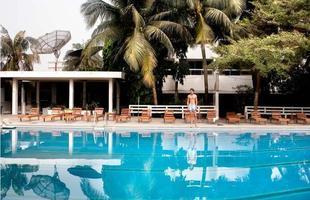 Série de imagens dá novos significados a piscinas incríveis pelo mundo. Desde 2008, a artista Marieke van der Velden registra piscinas em várias regiões como forma de chegar a reflexões complexas, muito além do sentido comum que se confere a elas. Na foto, Cotonou, Benin