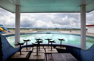 Série de imagens dá novos significados a piscinas incríveis pelo mundo. Desde 2008, a artista Marieke van der Velden registra piscinas em várias regiões como forma de chegar a reflexões complexas, muito além do sentido comum que se confere a elas. Na foto, Gbonga, Libéria