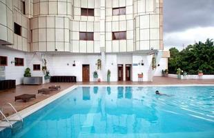 Série de imagens dá novos significados a piscinas incríveis pelo mundo. Desde 2008, a artista Marieke van der Velden registra piscinas em várias regiões como forma de chegar a reflexões complexas, muito além do sentido comum que se confere a elas. Na foto, Kampala, Uganda