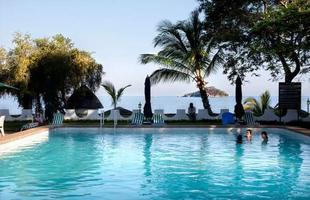 Série de imagens dá novos significados a piscinas incríveis pelo mundo. Desde 2008, a artista Marieke van der Velden registra piscinas em várias regiões como forma de chegar a reflexões complexas, muito além do sentido comum que se confere a elas. Na foto, Salima, Malawi