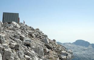 Cabana para acampar no topo de montanhas é destino preferido de viajantes na Itália. Isolada nas alturas em uma paisagem exuberante nos Alpes Giulie, construção é ideal para uma pausa longe de tudo e de todos