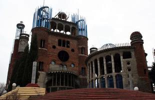 Sozinho, idoso constrói catedral utilizando apenas material reciclado. Os últimos 50 anos da vida de Justo Gallego Martínez, de 88, foram dedicados à obra, como um ato de fé