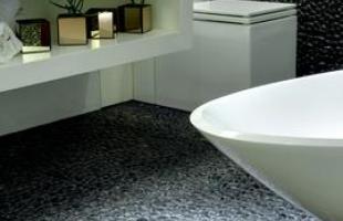 Banheiros ganham revestimentos diferentes, que dão personalidade e visibilidade ao ambiente. Na foto, ambiente de Fátima Mesquita
