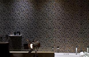 Banheiros ganham revestimentos diferentes, que dão personalidade e visibilidade ao ambiente. Na foto, ambiente de Daniela Vieira