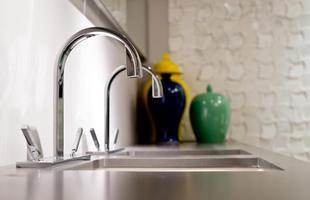 Banheiros ganham revestimentos diferentes, que dão personalidade e visibilidade ao ambiente