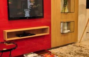 Suporte para encaixar a televisão pode ser usado em vários formatos e materiais, integrando-se à decoração e ao ambiente