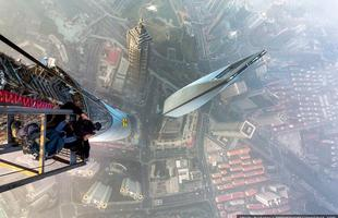 Dupla escala a segunda torre mais alta do mundo. Imagens impressionantes mostram a aventura de Vitaly Raskalov e Vadim Mahora até o topo de arranha-céu na China, a quase 650 metros de altura