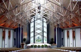 A capela de Thorncrown, construída em 1980 no Arkansas, nos EUA, em meio a floresta, é um dos primeiros exemplos contemporâneos de arquitetura sustentável do planeta