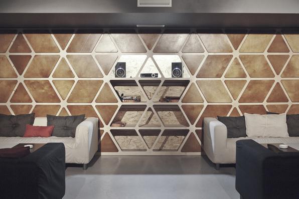 Designers russos criam móveis que podem ser baixados e montados em casa. Coletivo apresenta uma estrutura de bar completa e disponibiliza arquivos para pessoas comuns que queiram ter um igual