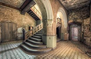 Fotógrafo revela o encanto oculto por trás de escadas abandonadas. Série de imagens transpõe o caráter comum da arquitetura e fala sobre a fragilidade da vida