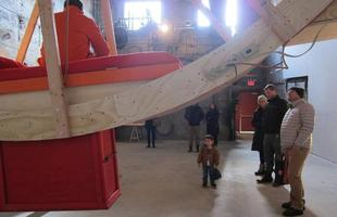Artistas passam dez dias vivendo em uma roda de hamster gigante. Instalação é uma enorme casa circular que inclui quarto, banheiro e cozinha