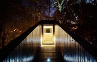 'Casa serpente' mostra traço ousado para conversar com a natureza em Portugal. Com forma de cobra, construção em parque lusitano se incrusta na floresta para ser um mirante de bem-estar