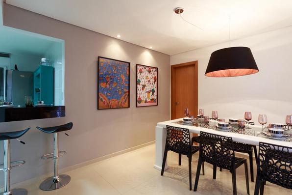 Mobiliário antigo pode ganhar nova roupagem para aparecer moderno como estrela da casa. No projeto da arquiteta Laura Santos, a mesa de jantar recebeu laca branca e agora tem outra cara