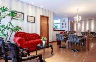 Mobiliário antigo pode ganhar nova roupagem para aparecer moderno como estrela da casa. No projeto da arquiteta Laura Santos, as cadeiras Luís XV foram laqueadas de preto e a mesinha de centro em laca preta brilhante