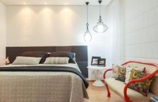 Mobiliário antigo pode ganhar nova roupagem para aparecer moderno como estrela da casa. Laqueado laranja dá nova vida ao banco no quarto também assinado por Laura Santos