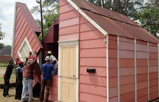 Casa-teatro que se torna cinema ao ar livre ressignifica o espaço público nos EUA. O local, aberto para exibição de filmes e outros eventos, surge através da construção totalmente dobrável no Alabama