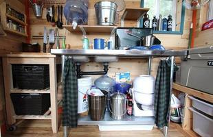 Casal usa só materiais reciclados para construir a própria casa nos EUA. Os dois decidiram ter um novo estilo de vida menos consumista e criaram uma habitação charmosa e sustentável