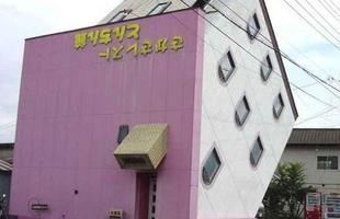 Restaurante de ponta-cabeça Sakasa, no Japão