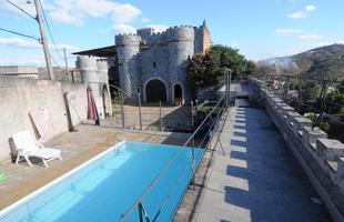 Médico constrói castelo em Sabará para realizar fantasia de infância