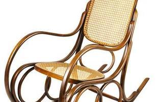 Desde as tradicionais, de palhinha, até as mais modernas, cadeiras de balanço atravessam gerações e até ganham releituras sem perder a função de dar afeto e aconchego à decoração. Na foto, cadeira Montreal, da Thonart