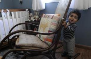 Desde as tradicionais, de palhinha, até as mais modernas, cadeiras de balanço atravessam gerações e até ganham releituras sem perder a função de dar afeto e aconchego à decoração. Na foto, Pedro, em seu cantinho especial