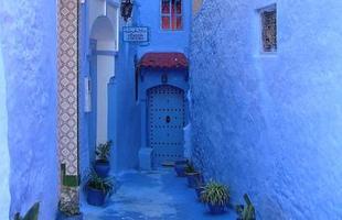 O hábito de pintar as casas e as ruas de azul fez desta cidade no Marrocos um local cheio de particularidades e com visibilidade mundial