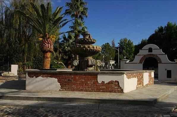 Construída em 1952 em um terreno de 6.880 m², a propriedade tem sete quartos, 12 casas de banho, uma galeria de arte subterrânea e uma capela medieval de 687 m², para 74 convidados