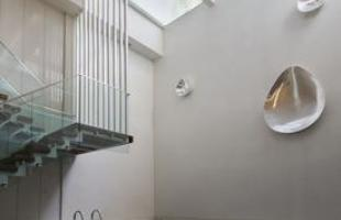 Residência com cômodos giratórios é solução em climas extremos. Os arquitetos se inspiraram na mesma tecnologia utilizada em cenários de teatro