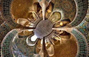 Fotógrafo capta a arquitetura imponente das mesquitas do Oriente Médio. A simetria das construções, colunas e vitrais foi registrada com uma lente 'fish eye', que revelou a beleza única de cada templo