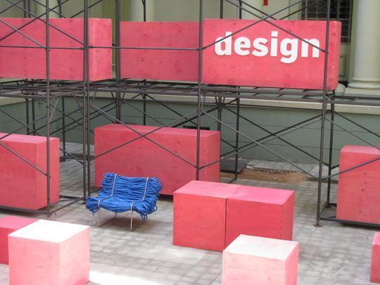 Estúdio Cultivado em Casa, aberto este ano em BH, lança móveis que impactam pelo uso inusitado dos materiais. Na foto, poltrona Super Jardim, ambientada na sede do Circuito DMAIS