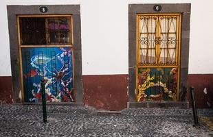 Intervenções transformam portas em obras de arte em Portugal