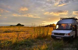 O jovem inglês Mike Hudson transformou a van em uma casa preparada para viajar o mundo