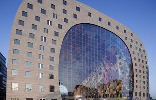 Mercado monumental na Holanda mescla espaço de compras com 228 apartamentos